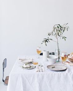 minimalist table set