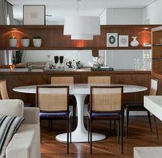 Mesa Saarinen e cadeiras de palhinha