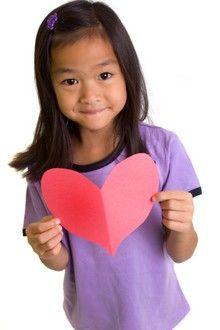 girl-with-paper-heart.jpg (220×330)