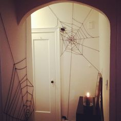 DIY Halloween : DIY I'm walking in a spider web...of yarn! DIY Halloween Decor