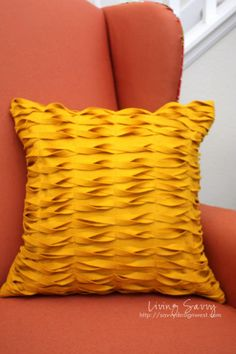 DIY pillow. actually looks like something I could make :)