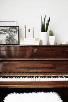 Love. I want a fuzzy blanket for my piano bench.