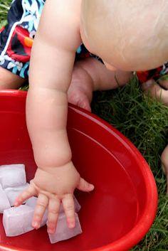 Bébé joue... Avec des glaçons !