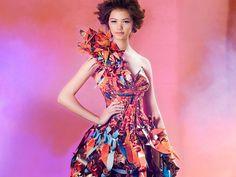 Resultado de imágenes de Google para http://modaspot.abril.com.br/wp-content/galeria/vestidos-de-papel/modelos-coloridos-de-vestidos-feitos-de-papel.jpg