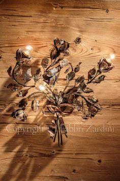 Applique a 3 luci mazzo di rose dorato - in ferro battuto decorato a mano