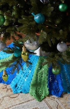 Holiday Tree Skirt Free Crochet Pattern from Red Heart Yarns