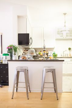 Amelia Canham Eaton's Chicago Apartment // kitchen // metal bar stools // white // modern #decor // Photography by Jennifer Kathryn Photography