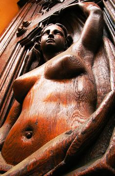 BEAUTIFUL WOOD SCULPTURE OF A WOMAN!