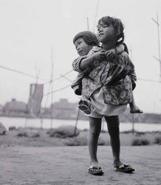 """Shomei Tomatsu. """"Sisters, Tsukudajima, Tokyo,"""" 1955    Courtesy of Tokyo Metropolitan Museum of Photography"""
