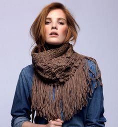 Modèle snood à franges femme - Phildar  Snood à longues franges en points fantaisies pour une touche Ethno-Folk un rien sauvageonne. Modèle tricoté dans un fil moelleux aux coloris naturels.