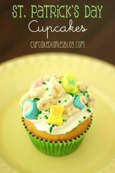 St. Patricks Day Cupcakes topped with Lucky Charms...too cute!
