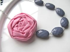 He encontrado este interesante anuncio de Etsy en https://www.etsy.com/es/listing/123640141/pink-and-gray-necklace-fabric-flower