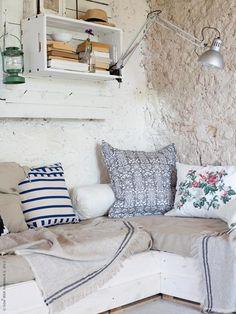 Un estupendo rincón de lectura con muy poco...madera reciclada y tejidos de lino • Linens on couch, nice reading corner