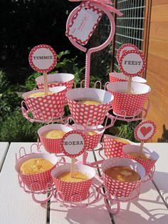 Welke.nl trakteert op gratis cadeautjes! Gratis cupcake wrappers, cupcake toppers, vlaggenlijn en cadeaulabels downloaden! cupcake wrappers, cupcake toppers