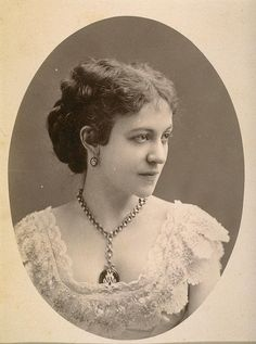 I adore everything about the look that Victorian stage actress Ellie Wilton is sporting in this elegant portrait. #Victorian #19th_century #1800s #photograph #antique #vintage #woman #Ellie_Wilton #actress #stage #necklace