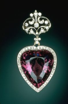 Edwardian heart-shaped brooch with a magnificent 96-carat amethyst surrounded by diamonds. On display at the National Museum of Natural History.