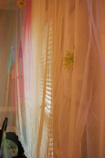 Tulle on the Walls for the Birthday Party. Easy and beautiful