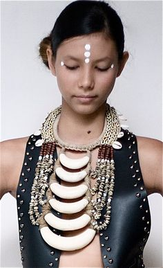 """Shell collar from Papua New Guinea... shells & leather are """"in""""! #jewellery #tribal #PapuaNewGuinea #leather #shells פפואה גינאה החדשה www.papua-by-raz.co.il/papua"""