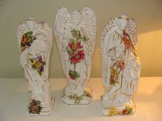 Imagens em gesso com aplicação florais.