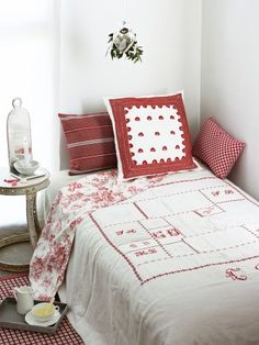 Bedspread antique fabrics lined with canvas and adorned with red embroidered monograms