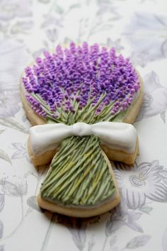 Lavender flowers. Handy tutorial on how to pipe/frost several different flower cookies. :3