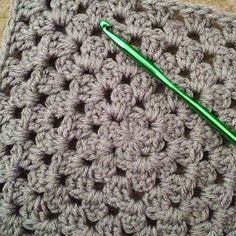 "Tips to prevent large granny square skewing: ""I flip my work after every round, I chain up in the corner so it's hidden, and I work only 1 chain in the corners, no chains between 3dc groups.. :)"" @ babylovebrand.net"