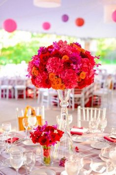 Pinks, oranges and reds make this #wedding table centerpiece fabulous!