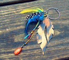 Orecchini fai da te con piume e perline colorate