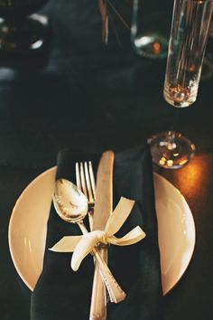 Gold + black tablesetting