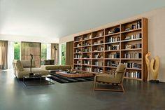 Linda estante de madeira com módulos mais horizontais