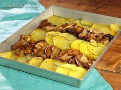 Patate e porcini al forno | Cookaround  Video ricetta di una teglia ricca che profuma d'autunno, spettacolare con funghi freschi appena colti. Si presta benissimo come accompagnamento per carne ma anche pesce ma funziona anche come secondo piatto