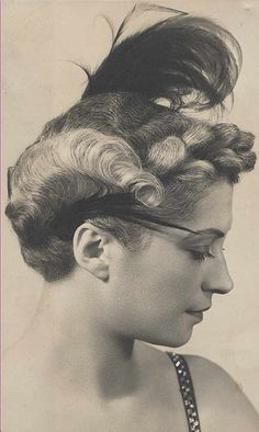 A delightful feather adorned 1940s looks that has a bit of a 20s vibe to it in my opinion. #vintage #hair #1940s #feather #hairstyle