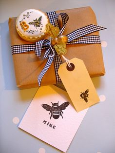 ≗ The Bee's Reverie ≗ bee gift wrap