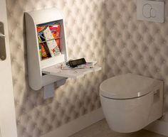 Deco WC avec revêtement mural en trompe l'oeil capitonné. meuble de rangement style écritoire