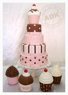 bolo marrom  e rosa cupcakes