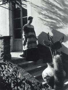 Frida Kahlo bajando la escalera México, 1944