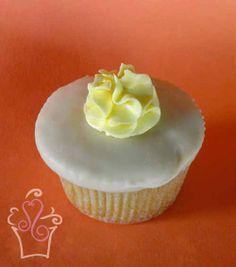 crema de mango casera, cubierto con chocolate blanco y lustre de mango ...