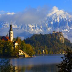 Bled Island, also known as the Wedding Island is a jewel in the heart of Europe, the place you love especially the very romantic.   One of the most beautiful natural attractions in the region is Lake Bled, glacier, surrounded by a magical setting at the foot of the Julian Alps. In the middle of the lake with crystal clear water is the only island in the country, the small island of Bled (Blejski Otok), chaired by the Church of the María of Assumption.  --- BLED - ESLOVENIA - EUROPA