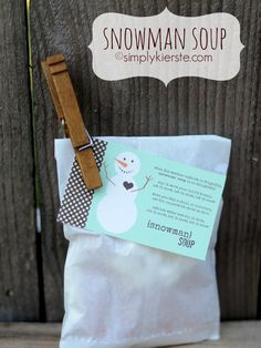 FREE Printable for Snowman Soup!  A package of hot chocolate mix, mini candy canes, and mini marshmallows, it's a super fun neighbor gift, and for teachers, friends, and more!  Package it for an individual or group! #christmas #neighborgifts #teachergifts