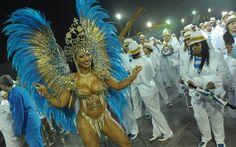 Cinthia Santos é a rainha da bateria da Águia de Ouro