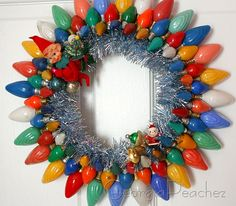 Vintage Christmas Bulb Wreath I love these old lights! I would make it look a little more stylish :)