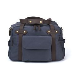 With its trendy canvas exterior, the Charlie Bag looks as great on Dad as it does on Mom.