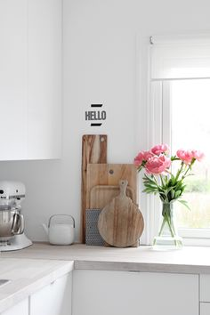in the kitchen, white and wood, kitchen white, kitchen corner, stylizimo blog, fresh flowers, kitchen accessories, pink peonies, white kitchens