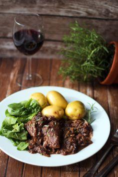 Przepis na Kurczaka w sosie Śliwkowo-Winnym. Pyszne, soczyste, rozpadające się mięsko w intensywnym sosie. Danie na kolację, idealne z lampką czerwonego wina.