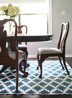 a great tutorial for painting a pattern on a rug via design sponge