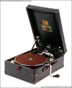 """Gramola de maleta de """"La Voz de su Amo"""", modelo 102, fabricado entre 1929 y 1931."""