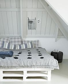 pallet bed! I really want to make one of these!
