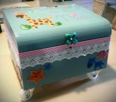 Caja de madera decorada para guardar recuerdos de bebé y como asiento de niños