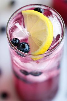Blueberry Lemonade - Made with an easy blueberry syrup, this lemonade is so refreshing, sweet and tangy! It's the perfect way to cool down! blueberri lemonad, blueberry drink, sweet drinks, food, blueberri syrup, easi blueberri, drinks alcohol