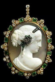 Venus Cameo Habille Pendant, circa 1870: Agate Cameo: emerald, diamond, and gold, via Albion Art Jewellery Institute of Tokyo.